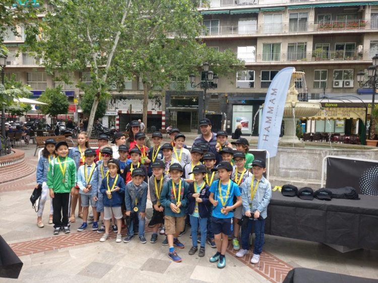 Las calles de Granada fueron escenario de un torneo de ajedrez infantil en vivo